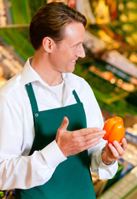 grocery-store-employee-assisting-customer