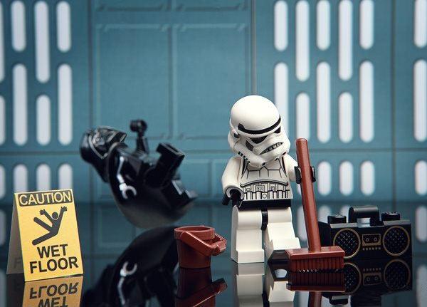 stormtrooper-wet-floor-vader-slip-funny-lego-picture