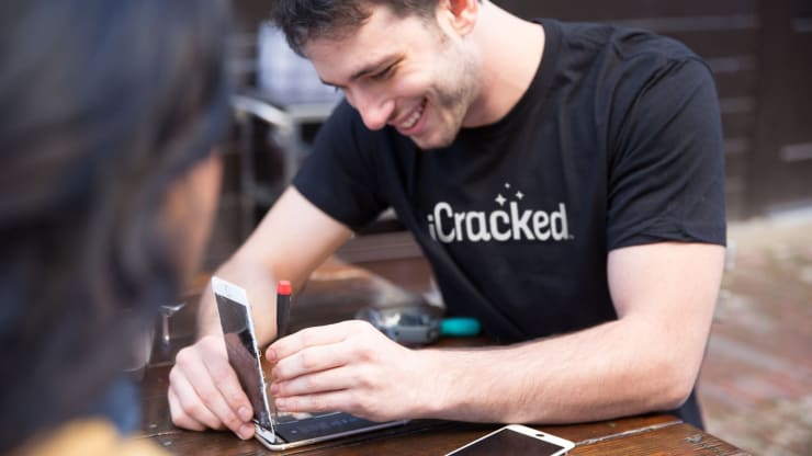 Local Cell Phone Repair Shops Use Employee Onboarding Tools to Improve Retention